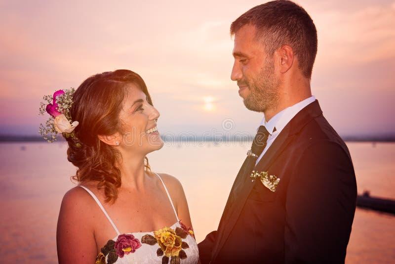 在西拉库萨口岸的年轻夫妇,在西西里岛 库存照片