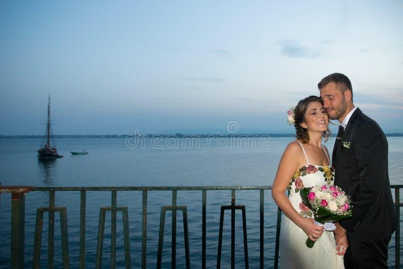 在西拉库萨口岸的年轻夫妇,在西西里岛 库存图片
