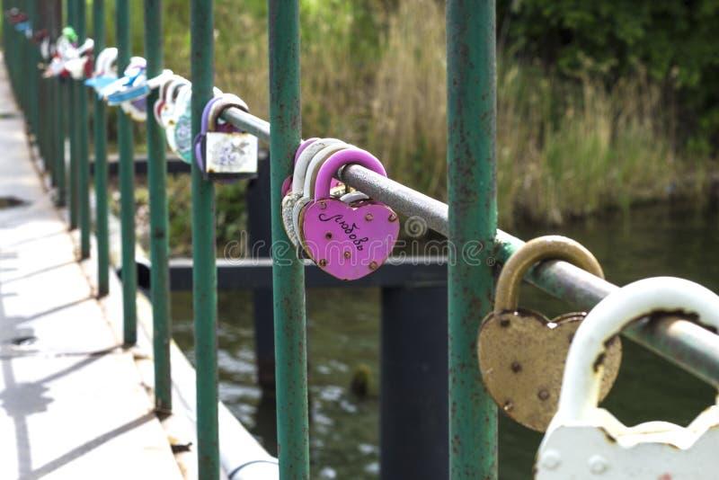 在西方的锁在桥梁作为爱的标志 库存图片