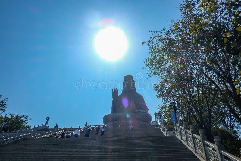 在西樵山顶部的伟大的观音工业区菩萨或'观音菩萨'雕象 夫斯汉市瓷 库存照片