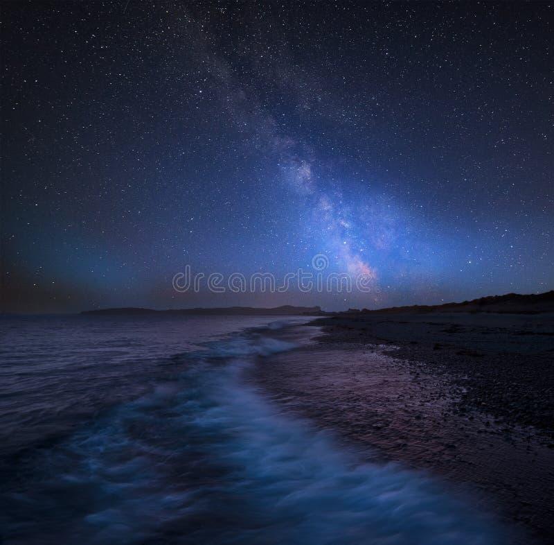 在西海岸o风景的充满活力的银河综合图象  免版税库存图片