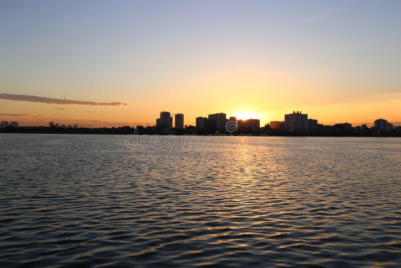 在西湖河内的日落 免版税库存照片