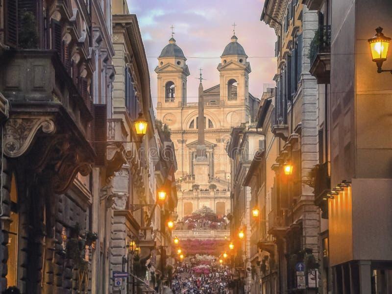 在西班牙台阶上面的Trinita di monti教会在罗马 库存图片