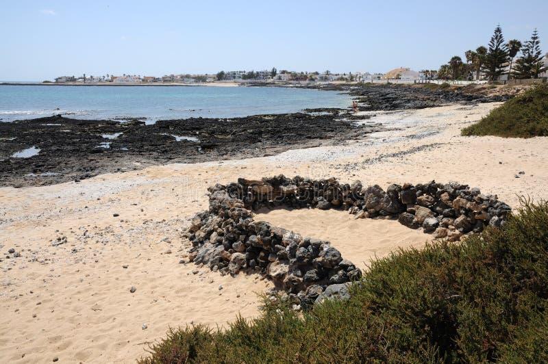 在西班牙城镇附近的海滩corralejo费埃特文& 库存图片