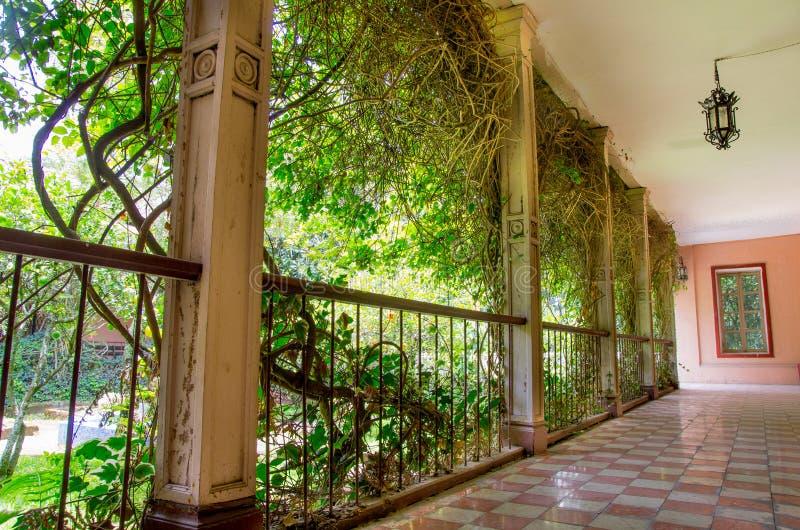 在西班牙大牧场的外部走廊在厄瓜多尔 图库摄影