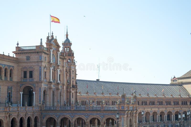 在西班牙广场的西班牙旗子 免版税库存图片