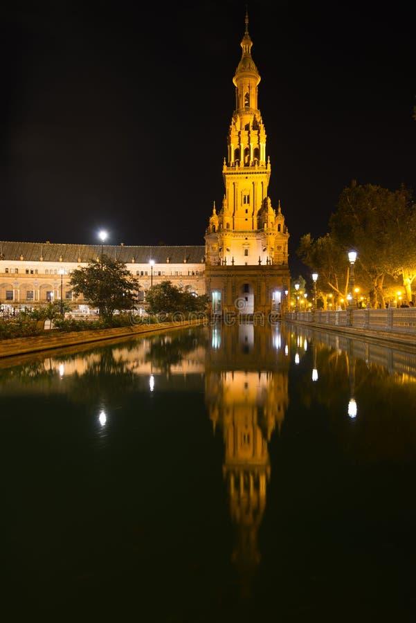 在西班牙广场耸立在塞维利亚在晚上 库存图片
