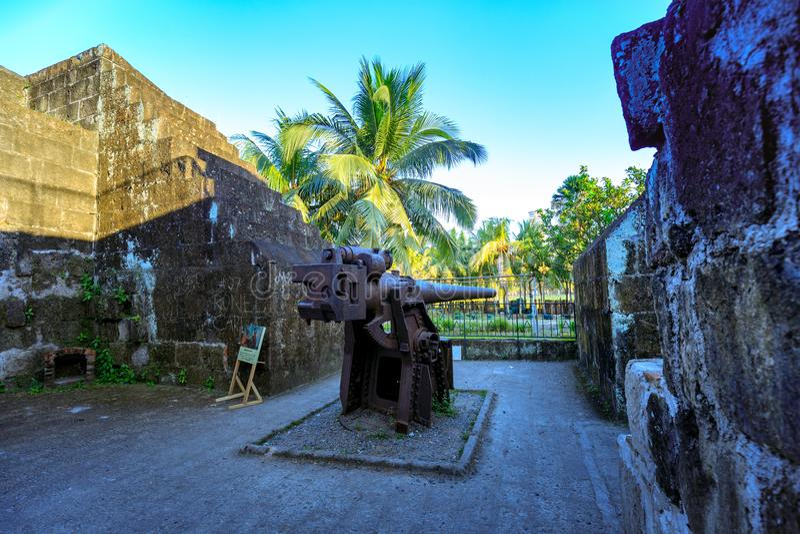 在西班牙殖民地王城区区的一门古老铁大炮在马尼拉,菲律宾 库存照片