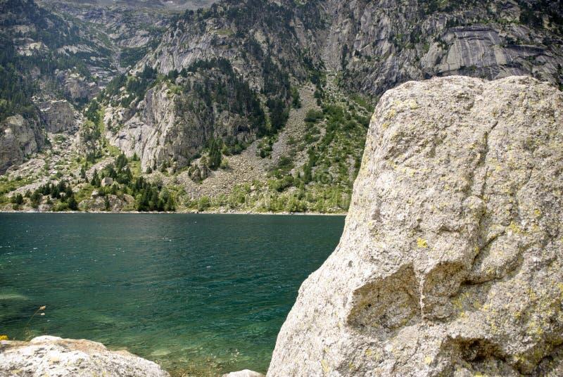 在西班牙比利牛斯的山的水库 免版税库存图片