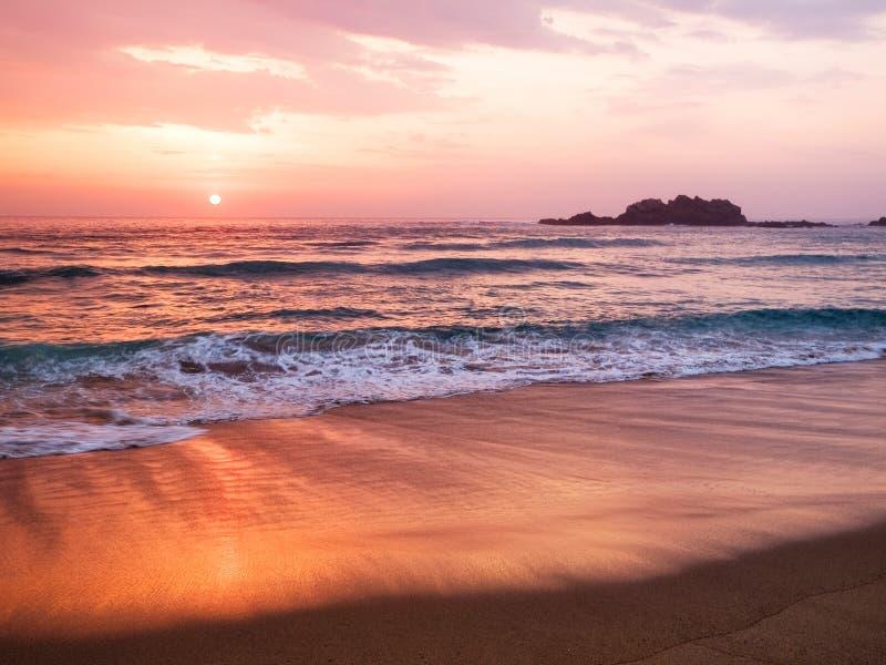 在西班牙海滩的日落 免版税库存照片