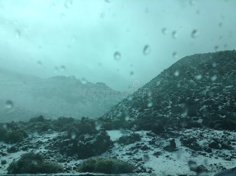 在西班牙的加那利群岛度假,可前往山脉、火山、雪覆盖的山坡、冬季景观、大自然 库存照片