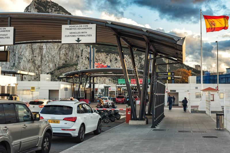 在西班牙边界的关税控制点在LaLinea镇 直布罗陀的岩石背景的-英国监督疆土 库存照片
