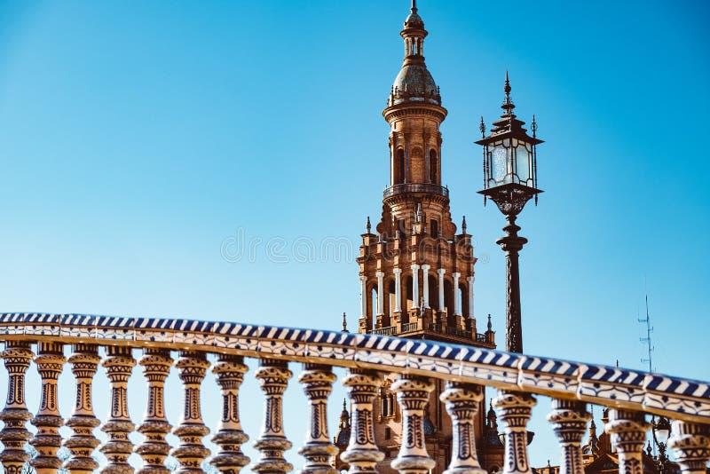 在西班牙Square Plaza de西班牙,塞维利亚,西班牙的利昂桥梁 免版税库存图片