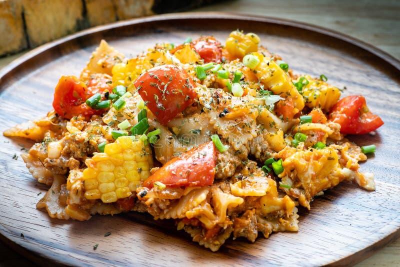 在西红柿酱的Farfalle面团与鸡和猪肉 免版税图库摄影