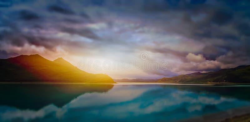 在西藏湖的日落 免版税库存照片