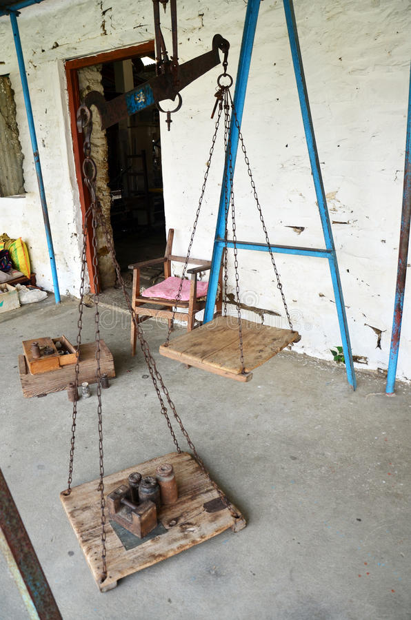 在西藏难民营的古老称量器在博克拉 免版税库存图片