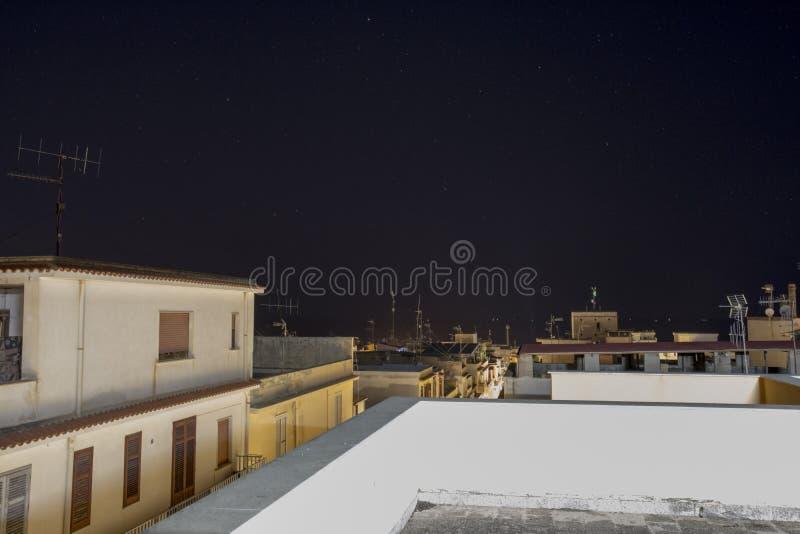 在西西里岛的房子的夜风景 库存照片