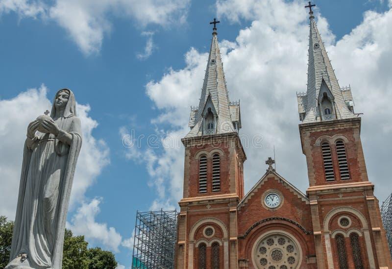 在西贡巴黎圣母院大教堂,受欢迎的旅游胜地前面的圣母玛丽亚雕象在胡志明市, Viet 库存图片