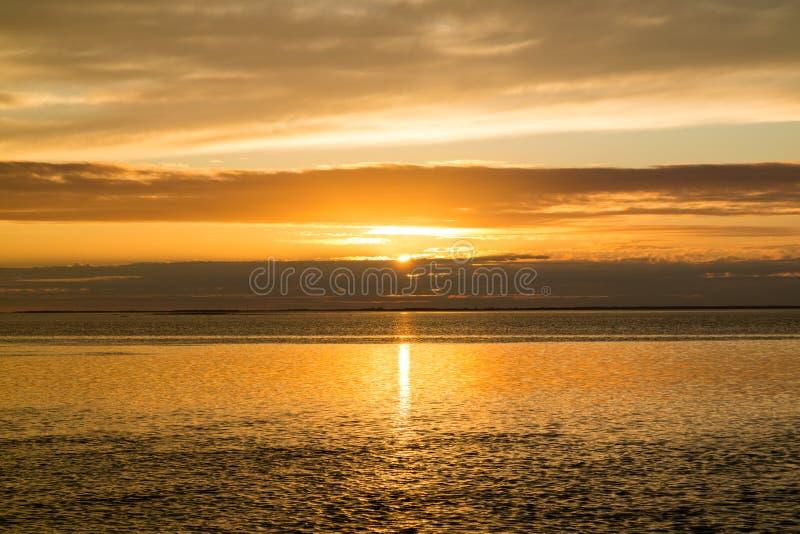 在西部弗里斯兰省人海岛特塞尔附近的Waddensea日落的,荷兰 免版税库存图片
