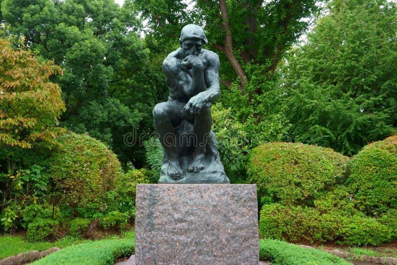 在西部艺术国家博物馆的入口的附近奥古斯特・罗丹的思想家  免版税图库摄影