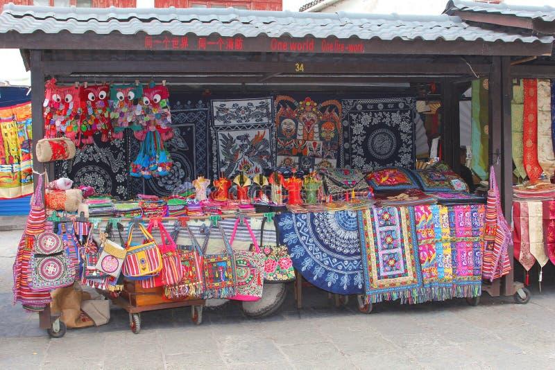 在西部街道的纪念品店在阳朔,中国 免版税库存图片