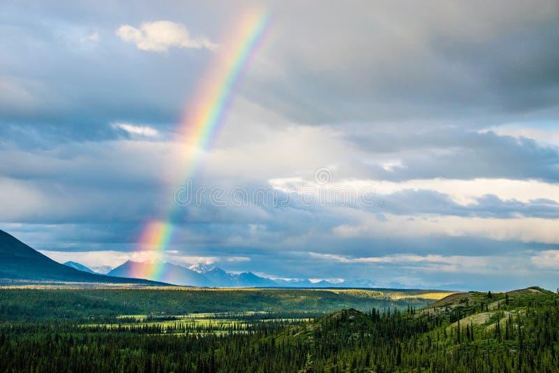 在西雅图小河, Denali高速公路,阿拉斯加附近的彩虹 免版税库存照片