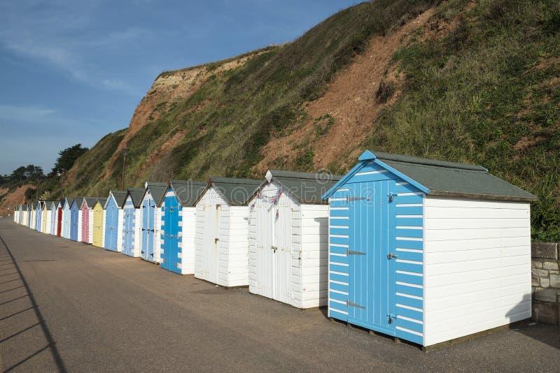 在西顿,德文郡,英国的五颜六色的海滩小屋。 免版税库存照片