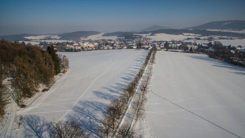 在西Bhemia的冬天vilage,空中照片 免版税库存图片