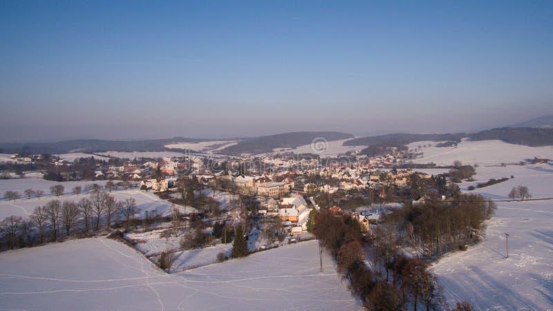 在西Bhemia的冬天vilage,空中照片 图库摄影