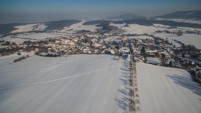 在西Bhemia的冬天vilage,空中照片 库存照片