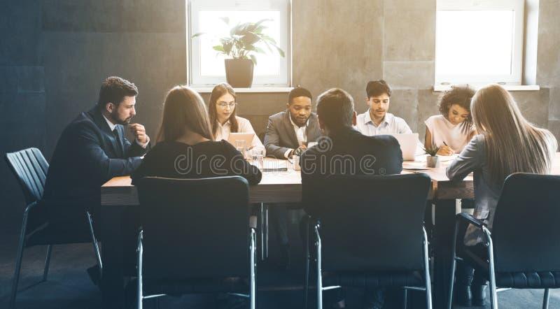 在见面的成功的企业队,谈论项目计划 库存照片