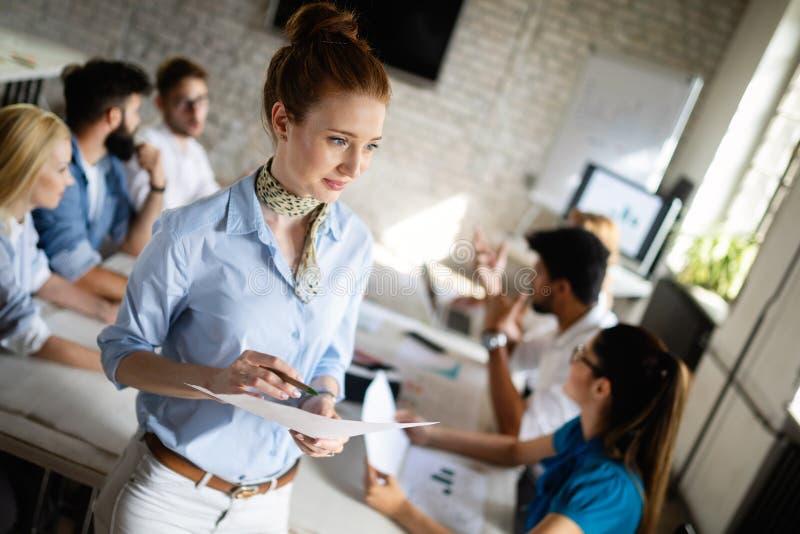 在见面的起始的企业队在现代明亮的办公室内部激发灵感,研究计算机 库存图片