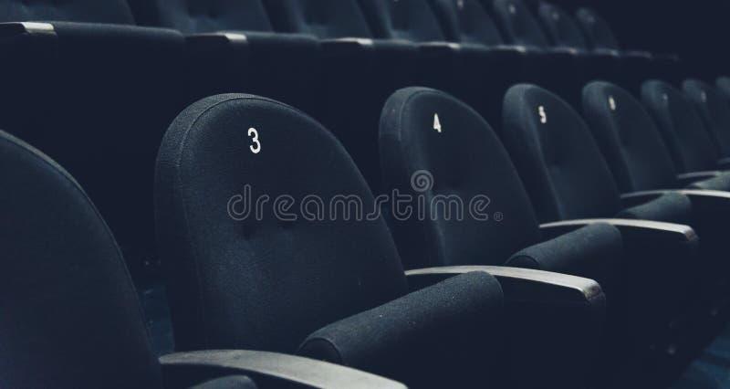 在观众席有位子和数字的电影院里面 免版税库存照片