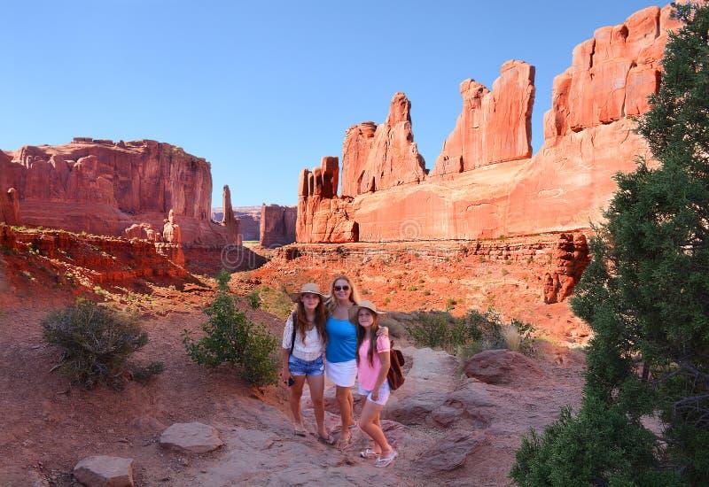 在观光旅游的家庭在山在度假 免版税库存图片