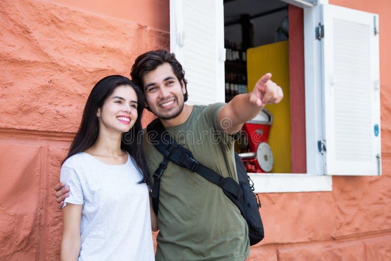 在观光的愉快的夫妇在一个历史拉丁amerincan城市 免版税库存图片