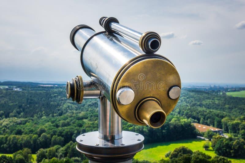 在观察平台的小望远镜反对天空 库存照片