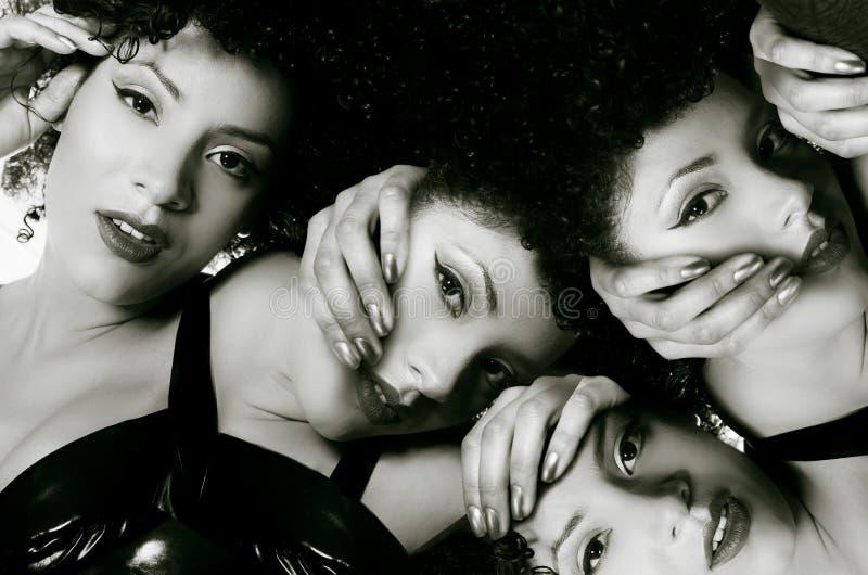 在观点的有一种非洲的发型的一个华美的非洲厄瓜多尔女孩上,与doble曝光和许多头在她的身体 图库摄影