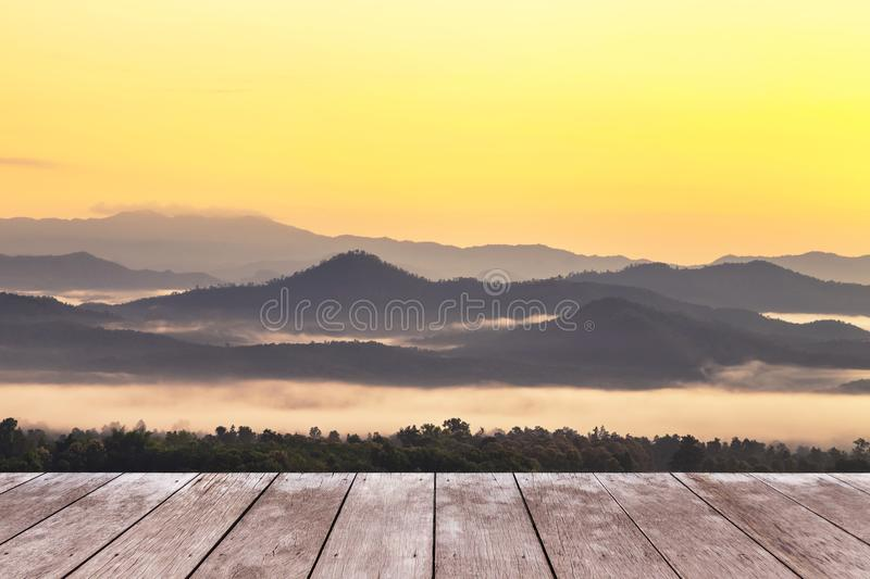 在观点高热带雨林层数山的木阳台大阳台与白色雾在清早 免版税库存图片