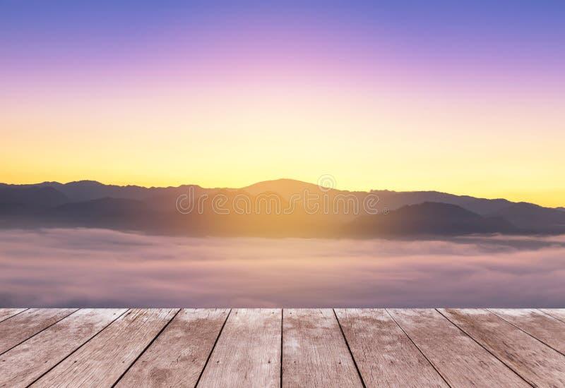 在观点高热带雨林层数山的木阳台大阳台与白色雾在清早 免版税库存照片