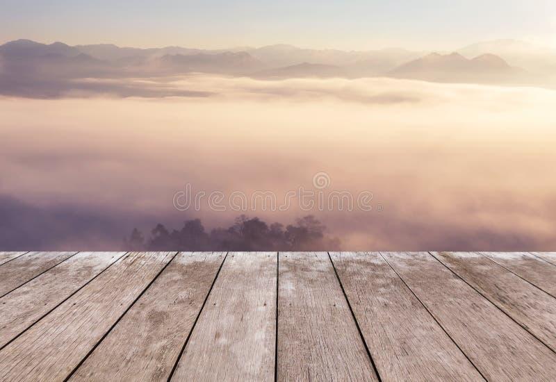 在观点高热带雨林山的老木阳台大阳台与白色雾在清早 图库摄影
