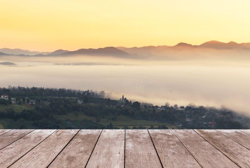 在观点高热带雨林山的老木阳台大阳台与白色雾在清早 库存照片