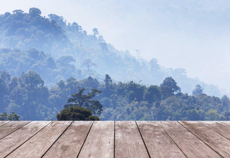 在观点高雨林层数山的老木阳台大阳台与白色雾在清早 免版税库存图片