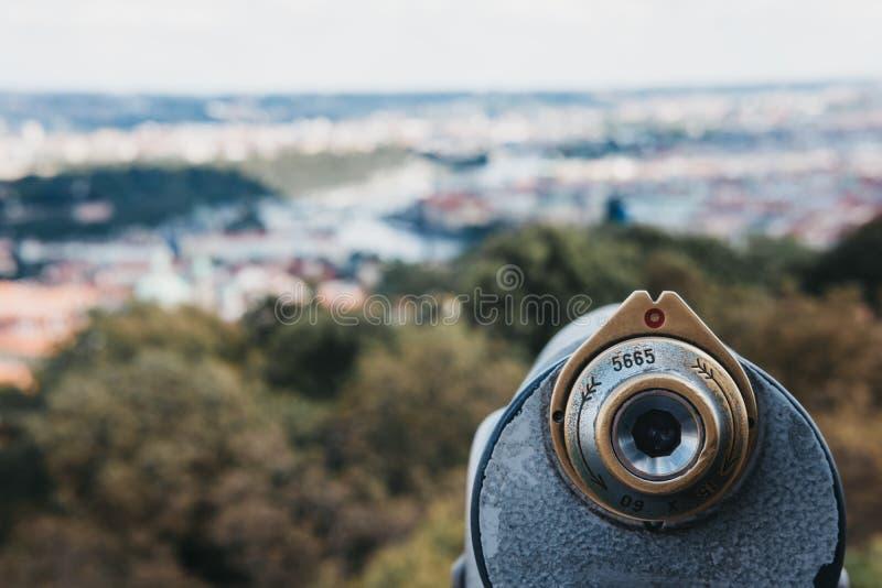 在观看的平台的投入硬币后自动操作的双筒望远镜在佩特林塔,布拉格 免版税库存图片