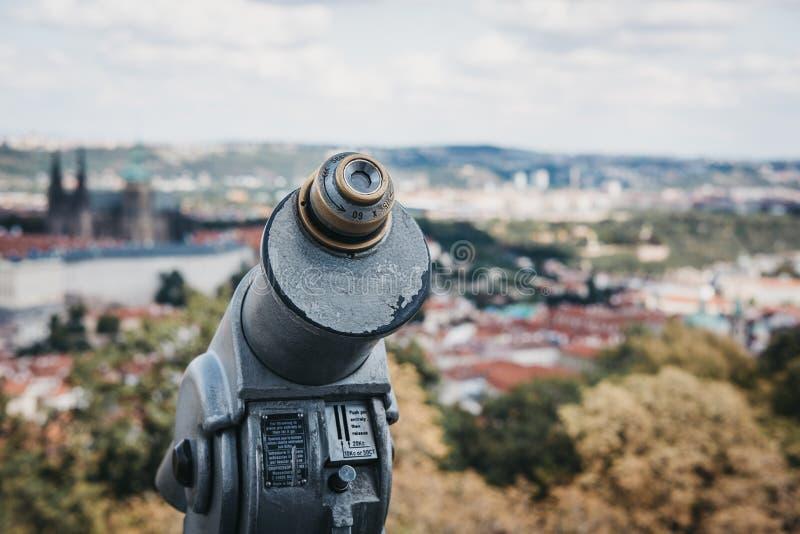 在观看的平台的投入硬币后自动操作的双筒望远镜在佩特林塔,布拉格 库存图片