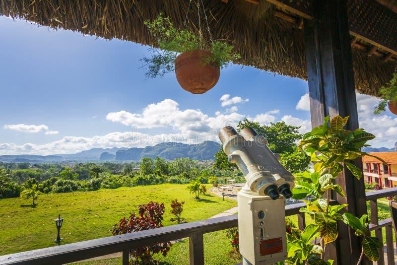在观看的平台的投入硬币后自动操作的双筒望远镜在Vinales,联合国科教文组织,比那尔德里奥省,古巴,西印度群岛 免版税库存照片