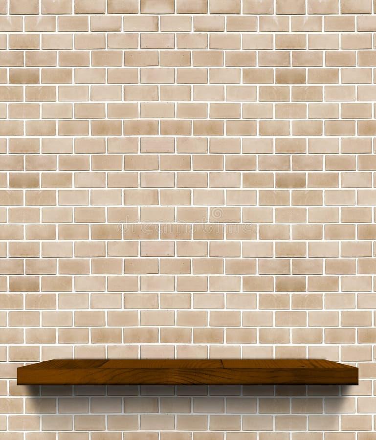 在规则淡桔色的砖墙, Templ上的黑褐色木架子 免版税图库摄影