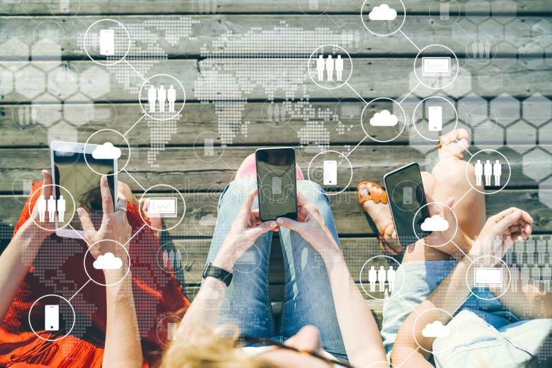 在视图之上 智能手机特写镜头在三名妇女的手上 免版税图库摄影