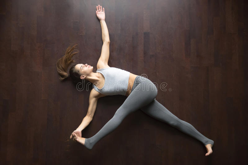 在视图之上 Supta padangustasana瑜伽姿势 免版税图库摄影