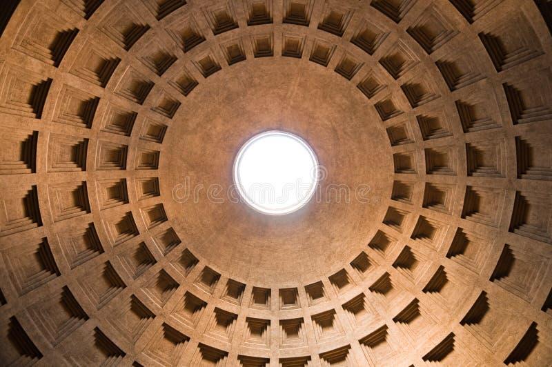 在视图里面的万神殿圆顶在罗马-意大利 库存照片