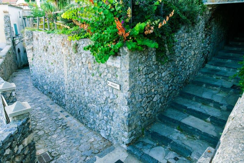 在角落的古老路标在拉韦洛,表明方向到阿马飞 图库摄影